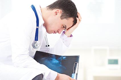 В конце 2018 года в Следственном комитете России создан отдел по расследованию медицинских преступлений. В республиканском профсоюзе работников здравоохранения убеждены, что врачей преследуют целенаправленно. Писать заявления на врачей стало своеобразной модой среди населения. Однако все это имеет свои негативные последствия для самих же пациентов: врачи уже стараются не идти на рискованные вмешательства, способные спасти жизнь пациенту, растет дефицит кадров, мешающий тем, кто не уволился расти профессионально. Кроме того, медики вынуждены заниматься приписками, перерабатывать, чтобы не портить отношения с начальством. Правовая защита медицинских работников при этом оставляет желать лучшего Обо всем этом рассказал заведующий правовым отделом башкирского профсоюза Виталий Манзюков медиахолдингу Уфа-Пресс.